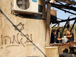 É possível ler em hebraico 'vingança', em casa incendiada na Cisjordânia (Foto: Majdi Mohammed / AP  Photo)