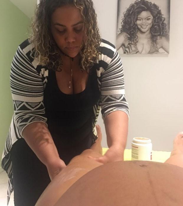 Juliana Alves recebe massagem  (Foto: Reprodução)