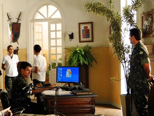 Érica fica passada ao saber que a ração foi adulterada (Foto: Salve Jorge/TV Globo)