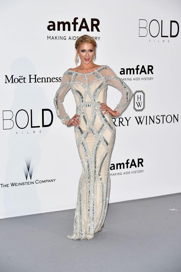 Paris Hilton no baile da amfAR, em Cannes (Foto: AFP)
