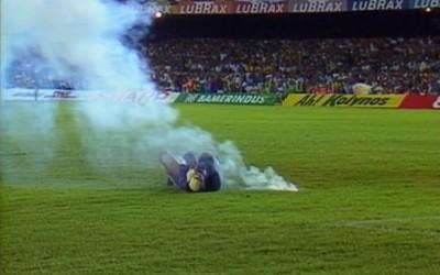 Rojas cai no gramado próximo ao sinalizador  (Foto: Reprodução SporTV)