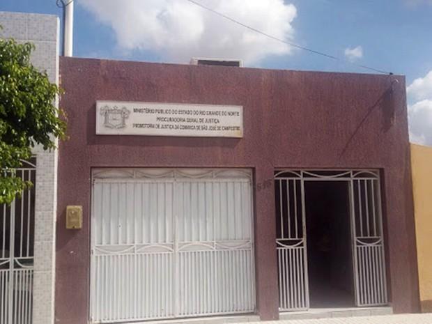 Criminosos entraram pelos fundos do prédio  (Foto: Jackson Félix/O Paralelo )