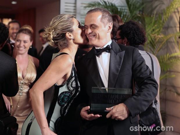 Flávio ganha um beijo de Heloísa depois salvá-la da ira de Inês (Foto: Pedro Curi/TV Globo)