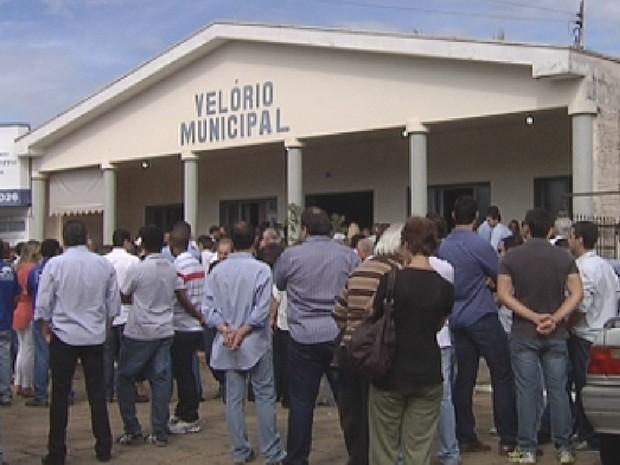 Velório municipal de Mirassol ficou lotado no sepultamento do casal (Foto: Reprodução/TV TEM)