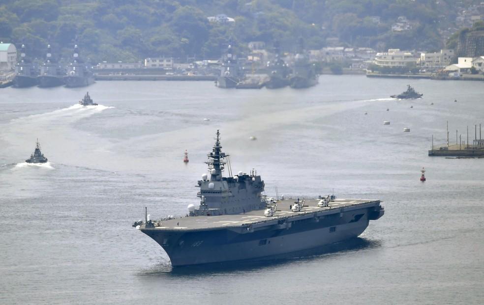 Destróier Izumo deixa porto de Yokosuka nesta segunda (1º) (Foto: Ren Onuma/Kyodo News via AP)