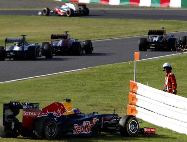 Ao fundo, Lotus de Romain Grosjean solta faísca. Francês acertou RBR de Mark Webber na primeira volta do GP do Japão (Foto: Reuters)