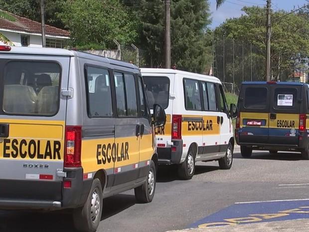 Motoristas de vans escolares fizeram manifestação pela cidade (Foto: Reprodução/ TV TEM)