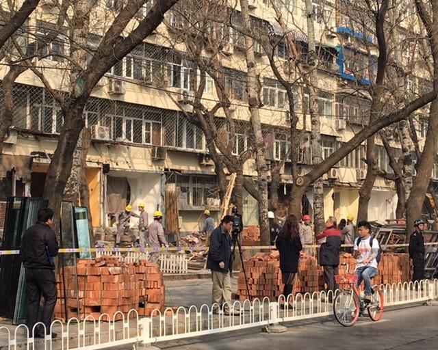 Policiamento reforçado durante derrubada de comércio de rua em Pequim