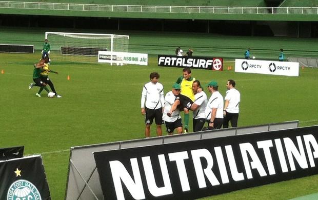 Bottinelli deixa o treino do Coritiba, após carrinho de Lincoln (Foto: Gabriel Hamilko / GloboEsporte.com)