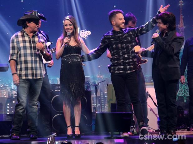 Cantores agradecem ao público no final da apresentação (Foto: TV Globo/Programa do Jô)