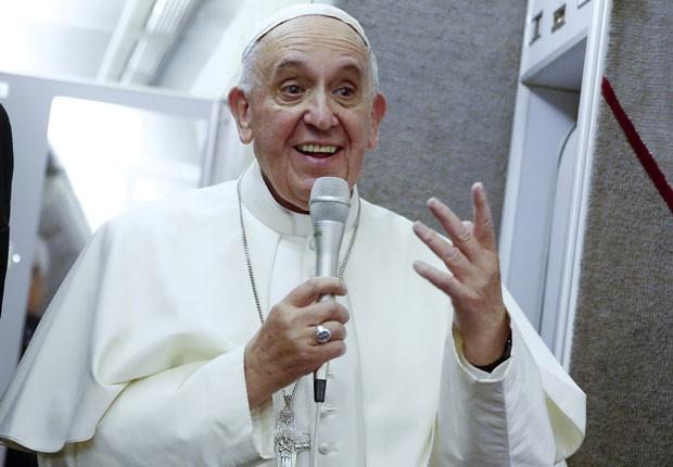 Papa Francisco fala dentro de avião durante sua viagem de volta dos EUA para Roma nesta segunda-feira (28) (Foto: Tony Gentile/Reuters)