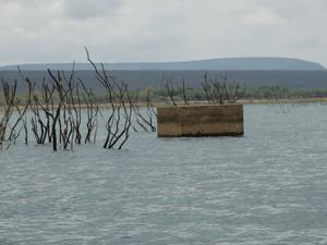 Caixa d'água de escola estava submersa e voltou a aparecer (Foto: Paula Cavalcante/ G1)