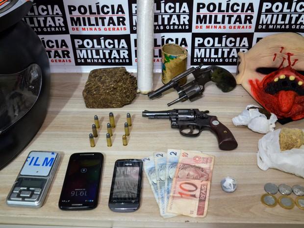 Dentre os materiais apreendidos em Araxá havia uma máscara que a PM suspeita que tenha sido utilizada em assaltos (Foto: Willian Tardelli/Divulgação)