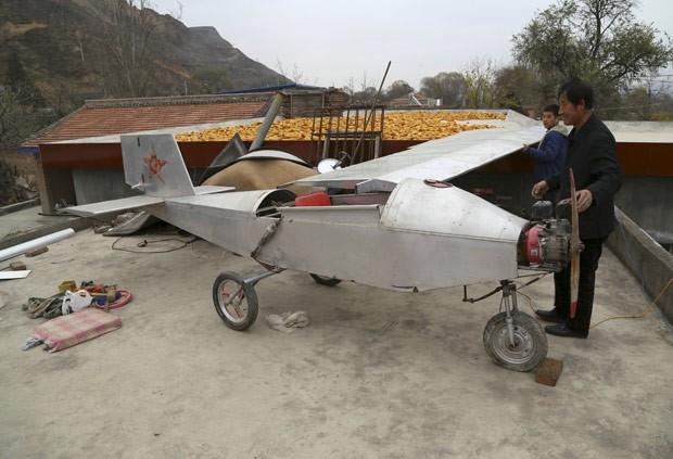 Chen Lianxue construiu avião caseiro em sua casa na aldeia de Qifu (Foto: China Daily/Reuters)
