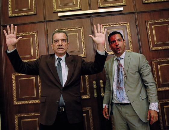 Deputados de oposição após a invasão da Assembléia Nacional por milicias chavistas (Foto: Carlos Garcia Rawlins/REUTERS)