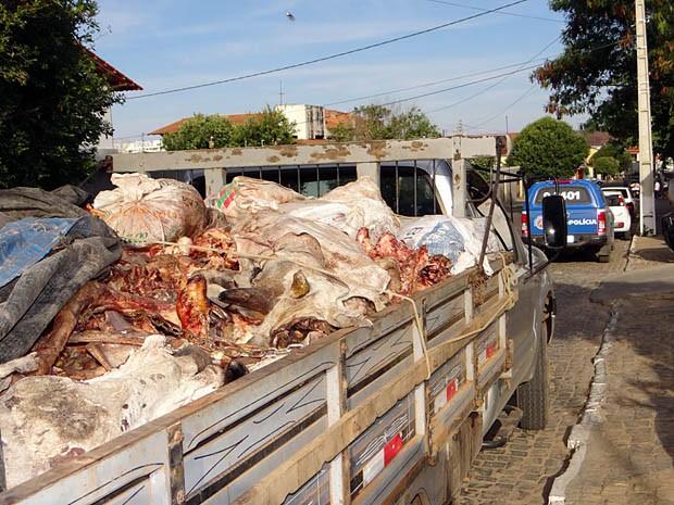 Carne estava acondicionada de form ilegal, expostas ao ar livre (Foto: Wilker Porto / Brumado Agora)