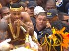 Leo Santana desce do trio e anima bloco no meio dos foliões na Bahia