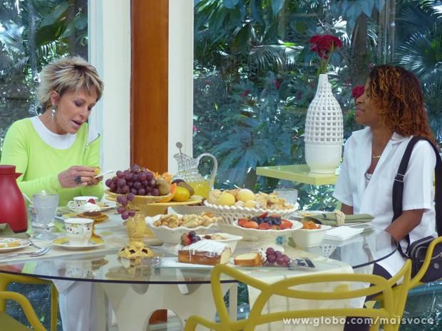 Ana Maria recebe Adriana, das empadas, sucesso no Alemão que foi parar em Salve Jorge (Foto: Mais Você / TV Globo)