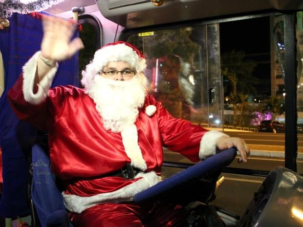 Papai Noel passeou de ônibus pelas ruas de Manaus neste domingo (16) (Foto: Marcos Dantas/G1 AM)