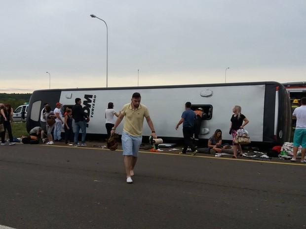 Passageira flagrou resgate aos passageiros após ônibus tombar em rodovia (Foto: Arquivo Pessoal)