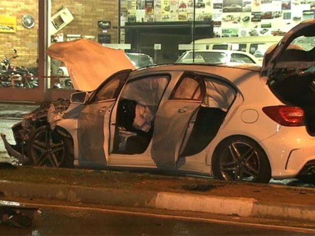 Mercedes-Benz ficou danificada em colisão (Foto: Reprodução /TV Globo)