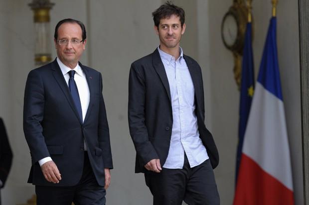 O presidente da França, François Hollande, ao lado do jornalista Roméo Langlois nesta sexta-feira (1º) no Palácio do Eliseu, em Paris (Foto: AP)