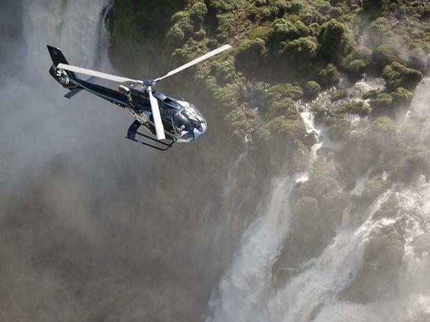 Sobrevoo permite observar o caminho do Rio Iguaçu até o cânion que forma as cataratas e a tríplice fronteira entre o Brasil, Paraguai e Argentina (Foto: Helisul / Divulgação)