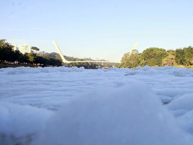Espuma aparece no Rio Piracicaba e vazão está abaixo da média para julho (Foto: Mateus Medeiros/acervo pessoal)