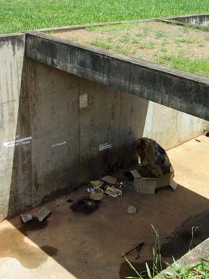 Objetos deixados por moradores de rua e usuários de drogas na área externa Claudio Santoro (Foto: Isabella Formiga/G1)