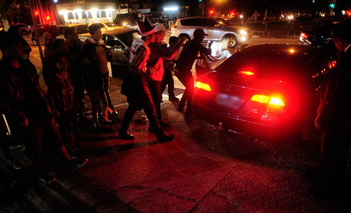 Torcida São Paulo chutando carro dos jogadores (Foto: Marcos Ribolli)