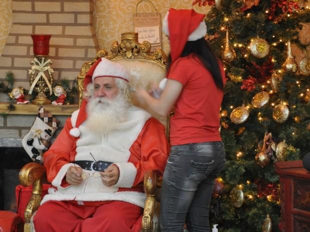 Papai Noel chega a pegar 500 crianças no colo na temporada de Natal (Foto: Desireé Galvão/ G1)