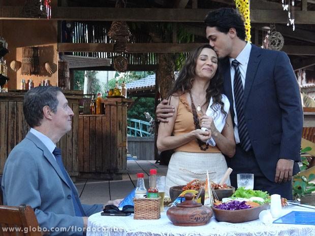 Depois de fingir não conhecê-la, Hélio revela ser filho de Bibiana para executivo (Foto: Flor do Caribe / TV Globo)