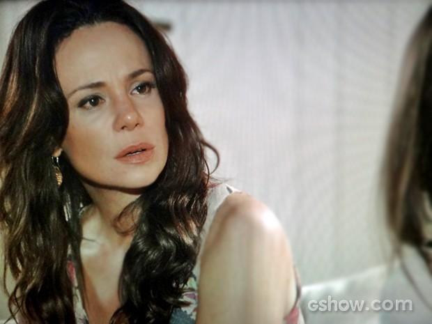Juliana fica chocada com revelação de Guiomar (Foto: Em Família/ TV Globo)