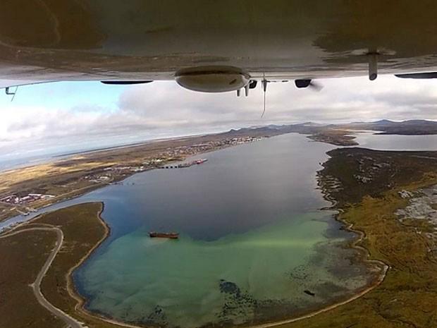 Sobrevoo após decolagem em Port Stanley, nas Ilhas Falklands, durante voo experimental (Foto: Arquivo pessoal/Walter Toledo)