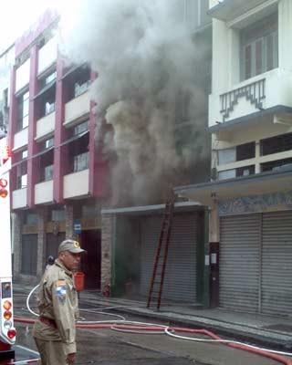 Bombeiros foram acionados por volta de 10h15 desta quarta-feira (26). (Foto: Fábio Lima/globoesporte.com)