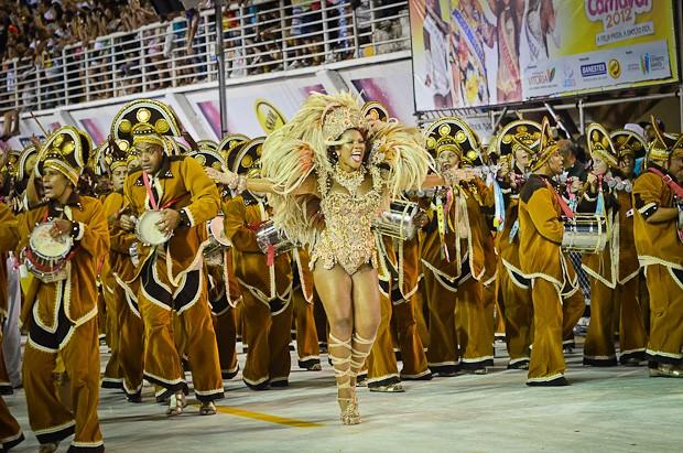 Bateria da MUG liderada pela Rainha Fernanda Figueiredo (Foto: Welinton Aiolfi / G1 ES)