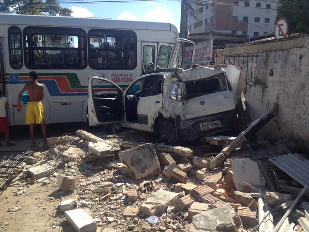 Acidente entre carro e ônibus deixa três feridos (Foto: Walter Paparazzo/G1 Paraíba)