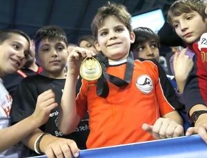 menino que ganhou medalha do Ryan Lochte (Foto: Agência Reuters)