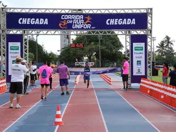 Atletas de Garanhuns ficaram com três  primeiros lugares na Corrida de Rua Unifor (Foto: Ares Soares/Divulgação)