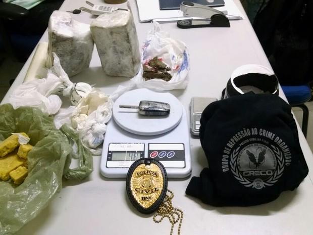 Policiais encontraram grande quantidade de droga com suspeito (Foto: Divulgação/ Polícia Civil)