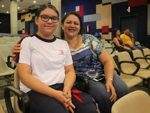 Camila Queiroz, de 13 anos, levou a mãe para a cerimônia (Foto: Luis Henrique Oliveira/G1 AM)