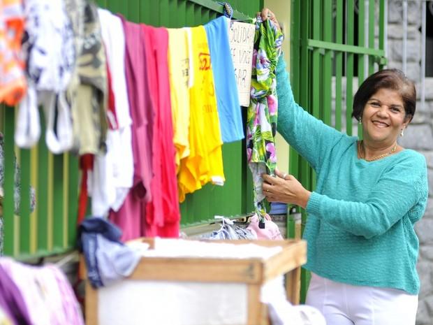 Joseli coloca as roupas para doar em um varal na porta da sua casa, na Ilha do Príncipe, em Vitória (Foto: Marcelo Prest/ A Gazeta)