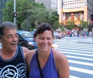 Waldir Bazzo, 60, trouxe a namorada Rosângela da Baixada Santista para ver a decoração: 'Tá lindo, bom demais' (Foto: Rosanne D'Agostino/G1)