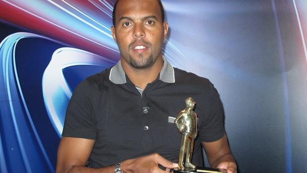 Alecsandro troféu Armandinho (Foto: Luiz Guilherme Freitas)
