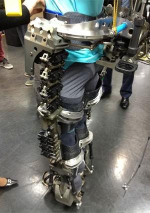 Visão lateral do exoesqueleto apresentado por Nicolelis (Foto: Reprodução/Facebook/Miguel Nicolelis)