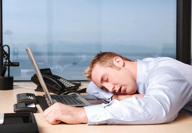Executivo dorme em sua mesa ; workaholic ; excesso de trabalho ; horas a mais trabalhadas ; exaustão ; carreira ; burnout ; deadline ;  (Foto: Shutterstock)
