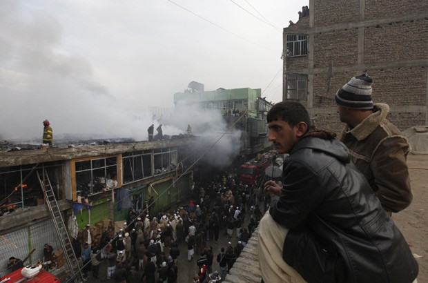Incêndio destruiu 600 lojas em mercado em Cabul, capital afegã, neste domingo (23) (Foto: Mohammad Ismael/Reuters)