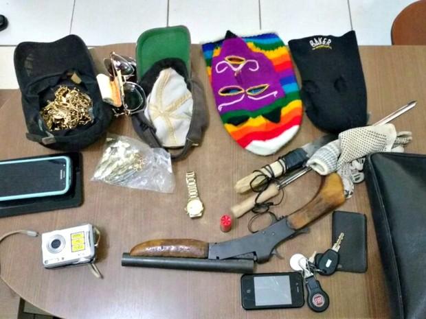 Dupla foi presa em flagrante com objetos das vítimas e escopeta (Foto: Arquivo pessoal)