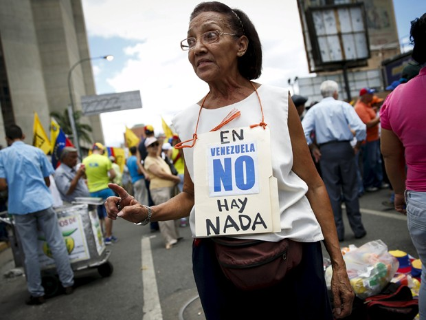 Escassez de produtos básicos, alvo de protestos, é atribuída pelo governo Maduro à revenda ilegal (Foto: Reuters/Carlos Garcia Rawlins)
