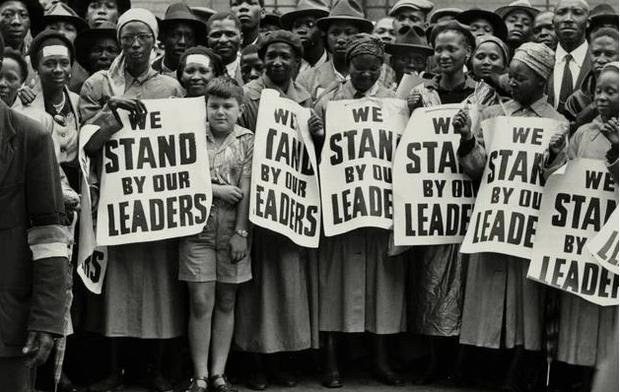 Mulheres em protesto contra a segregação (Foto: Eli Weinberg)